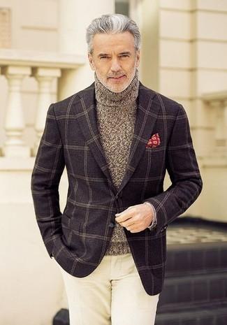Cómo combinar: pañuelo de bolsillo estampado rojo, pantalón chino en beige, jersey de cuello alto de punto marrón, blazer de lana a cuadros en marrón oscuro