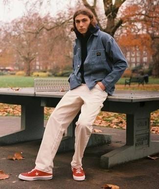 Combinar una chaqueta estilo camisa azul marino para hombres adolescentes: Usa una chaqueta estilo camisa azul marino y un pantalón chino en beige para crear un estilo informal elegante. Zapatillas altas de lona rojas añadirán un nuevo toque a un estilo que de lo contrario es clásico.