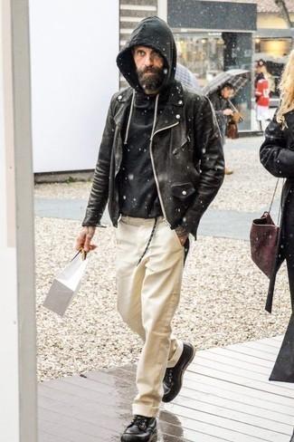 Combinar una sudadera con capucha negra: Equípate una sudadera con capucha negra con un pantalón chino en beige para una apariencia fácil de vestir para todos los días. Haz botas casual de cuero negras tu calzado para mostrar tu inteligencia sartorial.