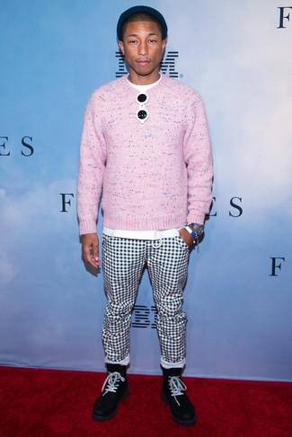 Cómo combinar: botas casual de ante negras, pantalón chino a cuadros en blanco y negro, camiseta con cuello circular blanca, jersey con cuello circular rosado