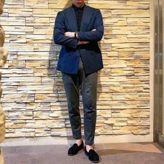 Cómo combinar: mocasín con borlas de ante negro, pantalón chino en gris oscuro, camisa de manga corta negra, blazer cruzado azul marino