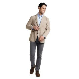 Combinar un blazer en beige: Intenta combinar un blazer en beige junto a un pantalón chino en gris oscuro para el after office. Botas safari de cuero en marrón oscuro son una opción incomparable para complementar tu atuendo.