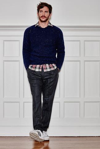 Combinar un pantalón chino de rayas verticales en gris oscuro: Opta por un jersey con cuello circular azul marino y un pantalón chino de rayas verticales en gris oscuro para cualquier sorpresa que haya en el día. Tenis de cuero en blanco y negro son una opción incomparable para complementar tu atuendo.