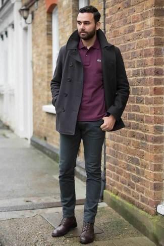 Combinar un chaquetón negro: Si buscas un look en tendencia pero clásico, intenta ponerse un chaquetón negro y un pantalón chino en gris oscuro. Botas casual de cuero en marrón oscuro son una opción atractiva para completar este atuendo.