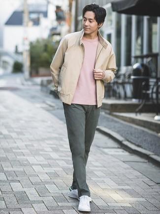 Cómo combinar: tenis de cuero blancos, pantalón chino en gris oscuro, camiseta con cuello circular rosada, cazadora de aviador en beige