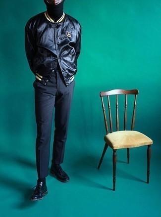 Combinar una chaqueta varsity negra: Para un atuendo que esté lleno de caracter y personalidad considera emparejar una chaqueta varsity negra con un pantalón chino en gris oscuro. ¿Te sientes valiente? Complementa tu atuendo con botas safari de cuero negras.
