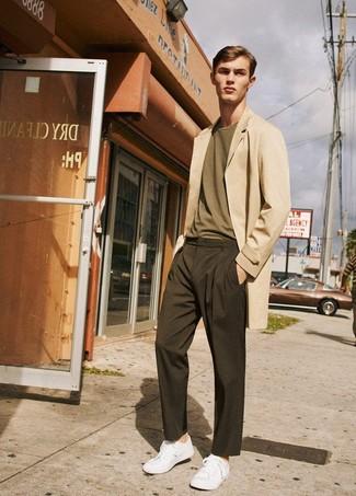 Cómo combinar: tenis blancos, pantalón chino en marrón oscuro, camiseta con cuello circular verde oliva, abrigo largo en beige
