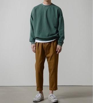 Outfits hombres: Intenta combinar una sudadera verde oscuro junto a un pantalón chino en tabaco para un almuerzo en domingo con amigos. Tenis de lona en beige son una opción grandiosa para complementar tu atuendo.