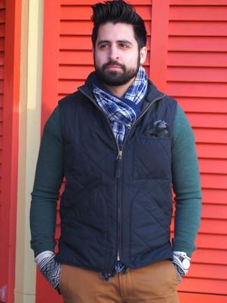 Cómo combinar: bufanda de tartán azul, pantalón chino en tabaco, jersey con cuello circular verde oscuro, chaleco de abrigo azul marino