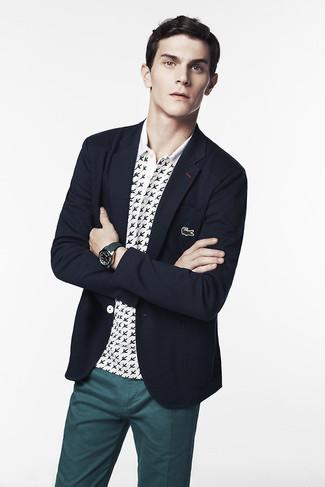 Combinar una camisa polo estampada en blanco y negro: Ponte una camisa polo estampada en blanco y negro y un pantalón chino en verde azulado para una vestimenta cómoda que queda muy bien junta.