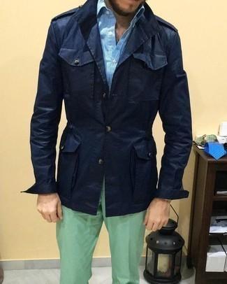 Combinar un pantalón chino en verde menta: Opta por una chaqueta campo azul marino y un pantalón chino en verde menta para conseguir una apariencia relajada pero elegante.
