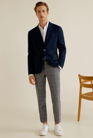 Outfits hombres: Considera ponerse un blazer azul marino y un pantalón chino a cuadros gris para las 8 horas. ¿Quieres elegir un zapato informal? Elige un par de tenis de cuero blancos para el día.