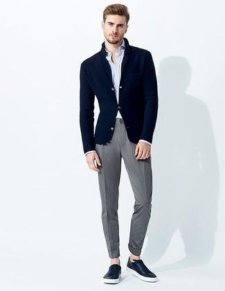 Combinar una camisa de manga larga: Considera ponerse una camisa de manga larga y un pantalón chino gris para cualquier sorpresa que haya en el día. Si no quieres vestir totalmente formal, opta por un par de tenis de cuero azul marino.