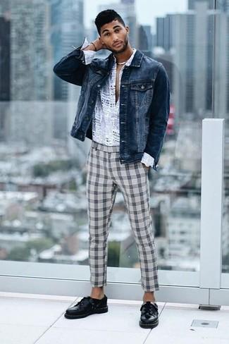 Cómo combinar: zapatos derby de cuero negros, pantalón chino de tartán gris, camisa de manga larga estampada gris, chaqueta vaquera azul marino