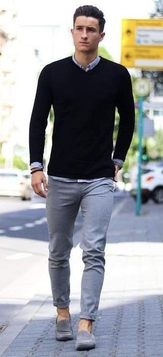 Cómo combinar: mocasín de ante gris, pantalón chino gris, camisa de manga larga de cambray gris, jersey de pico negro