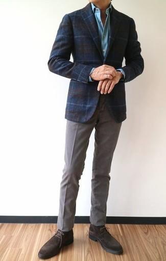 Cómo combinar: botas safari de ante en marrón oscuro, pantalón chino gris, camisa de vestir celeste, blazer de lana de tartán azul marino