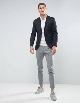 Combinar unos tenis de ante grises: Ponte un blazer negro y un pantalón chino de rayas verticales gris para las 8 horas. Tenis de ante grises contrastarán muy bien con el resto del conjunto.