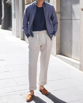 Cómo combinar: mocasín de ante en tabaco, pantalón chino de lino gris, camiseta con cuello circular azul marino, cazadora de aviador azul marino