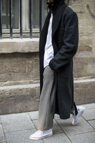 Cómo combinar: zapatillas altas de lona blancas, pantalón chino a cuadros gris, camiseta con cuello circular blanca, abrigo largo negro
