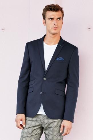 Cómo combinar: pañuelo de bolsillo a lunares azul, pantalón chino estampado gris, camiseta con cuello circular blanca, blazer azul marino