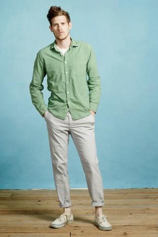 Cómo combinar: tenis de lona en beige, pantalón chino gris, camiseta con cuello circular blanca, camisa de manga larga verde