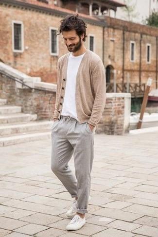 Combinar un jersey: Opta por un jersey y un pantalón chino gris para una apariencia fácil de vestir para todos los días. Dale un toque de elegancia a tu atuendo con un par de tenis de lona blancos.