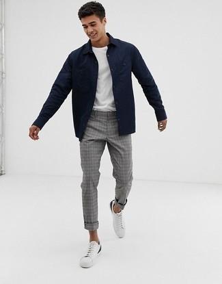 Combinar una chaqueta estilo camisa azul marino: Equípate una chaqueta estilo camisa azul marino junto a un pantalón chino de tartán gris para cualquier sorpresa que haya en el día. Si no quieres vestir totalmente formal, opta por un par de tenis de cuero blancos.
