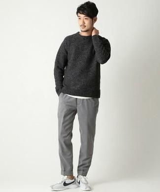 Combinar un jersey: Elige un jersey y un pantalón chino gris para un look diario sin parecer demasiado arreglada. Un par de deportivas en blanco y negro se integra perfectamente con diversos looks.