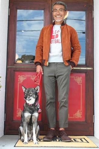 Cómo combinar: botas safari de ante burdeos, pantalón chino gris, camiseta con cuello circular estampada en blanco y rojo, cazadora de aviador de ante en tabaco