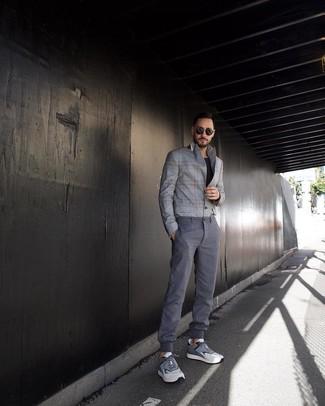 Cómo combinar: deportivas grises, pantalón chino gris, camiseta con cuello circular negra, blazer de tartán gris