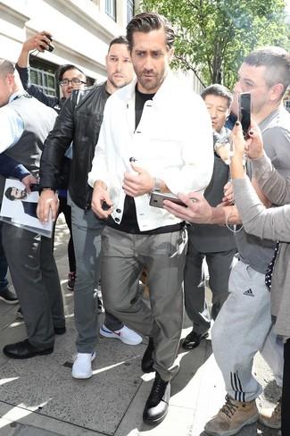 Cómo combinar: zapatos derby de cuero negros, pantalón chino gris, camiseta con cuello circular negra, chaqueta estilo camisa blanca