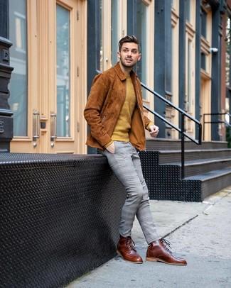 Look de moda: Botas casual de cuero marrónes, Pantalón chino de tartán gris, Jersey con cuello circular mostaza, Chaqueta estilo camisa de ante en tabaco