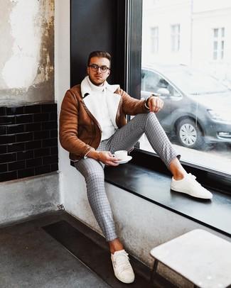 Cómo combinar: tenis blancos, pantalón chino de pata de gallo gris, jersey de cuello alto de punto blanco, chaqueta de piel de oveja en tabaco