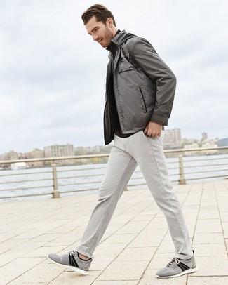 Cómo combinar: tenis de lona grises, pantalón chino gris, jersey de cuello alto negro, cazadora de aviador gris