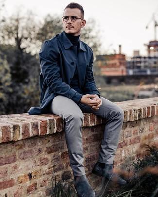 Cómo combinar: botines chelsea de ante en gris oscuro, pantalón chino gris, jersey de cuello alto negro, chubasquero azul marino