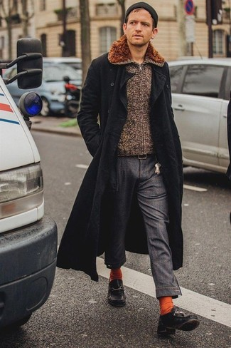 Cómo combinar: náuticos de cuero negros, pantalón chino en gris oscuro, jersey con cremallera marrón, abrigo largo negro