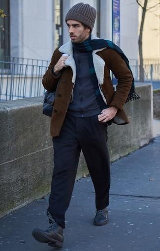 Combinar una chaqueta de piel de oveja en marrón oscuro: Ponte una chaqueta de piel de oveja en marrón oscuro y un pantalón chino negro para un almuerzo en domingo con amigos. Botas casual de cuero negras son una opción atractiva para complementar tu atuendo.