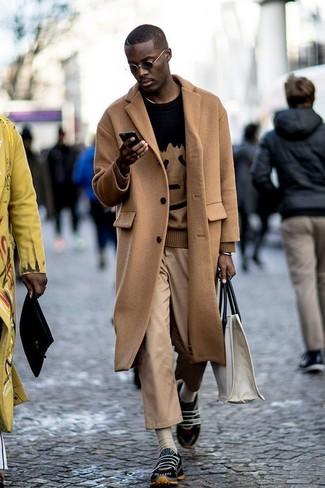Cómo combinar: deportivas negras, pantalón chino marrón claro, jersey con cuello circular estampado negro, abrigo largo marrón claro