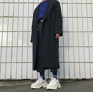 Cómo combinar: deportivas en beige, pantalón chino de lana negro, jersey con cuello circular azul marino, abrigo largo negro