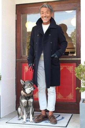 Look de moda: Botas safari de cuero en marrón oscuro, Pantalón chino blanco, Jersey con cuello circular en beige, Abrigo largo azul marino
