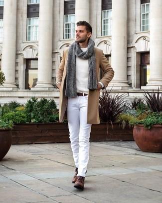 Cómo combinar: botas safari de cuero marrónes, pantalón chino blanco, jersey con cuello circular blanco, abrigo largo marrón claro