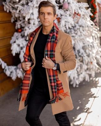 Cómo combinar: bufanda de tartán roja, pantalón chino negro, jersey con cuello circular negro, abrigo largo marrón claro