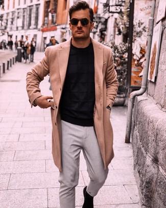Cómo combinar: botines chelsea de ante negros, pantalón chino gris, jersey con cuello circular negro, abrigo largo marrón claro