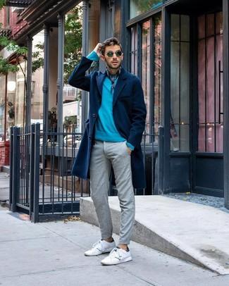 Cómo combinar: tenis de cuero blancos, pantalón chino gris, jersey con cuello circular en turquesa, abrigo largo azul marino