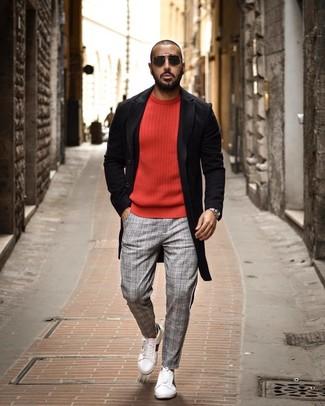 Cómo combinar: tenis de cuero blancos, pantalón chino de tartán gris, jersey con cuello circular rojo, abrigo largo negro