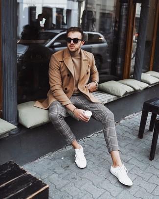Cómo combinar: tenis blancos, pantalón chino de tartán gris, jersey con cuello circular marrón claro, abrigo largo marrón claro