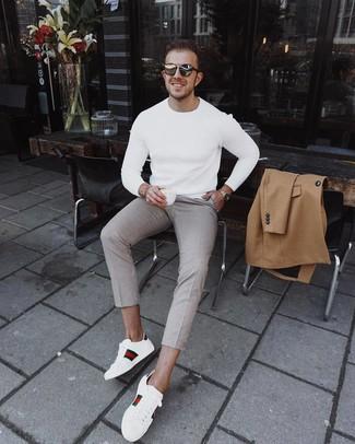 Cómo combinar: tenis de cuero estampados blancos, pantalón chino a cuadros en beige, jersey con cuello circular blanco, abrigo largo marrón claro