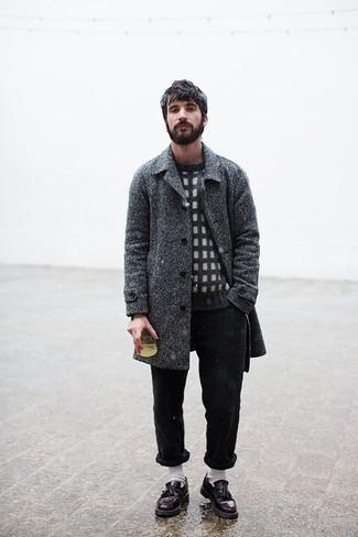 Outfits hombres: Intenta ponerse un abrigo largo de espiguilla en gris oscuro y un pantalón chino negro para el after office. Elige un par de mocasín con borlas de cuero burdeos para mostrar tu inteligencia sartorial.