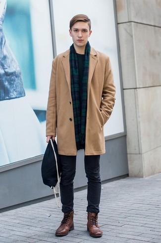 Combinar unas botas casual de cuero marrónes: Empareja un abrigo largo marrón claro con un pantalón chino negro para lograr un estilo informal elegante. Botas casual de cuero marrónes son una opción perfecta para complementar tu atuendo.