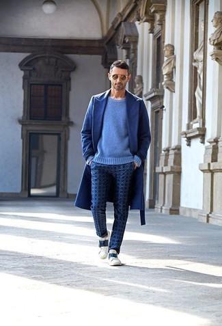 Combinar un pantalón chino estampado azul marino: Un abrigo largo azul y un pantalón chino estampado azul marino son un look perfecto para ir a la moda y a la vez clásica. Tenis de cuero en blanco y azul marino añadirán interés a un estilo clásico.